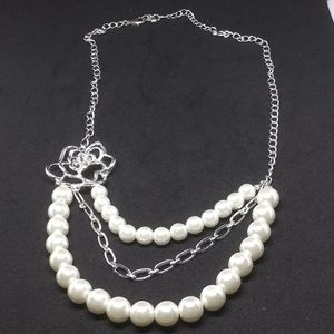 Costume jewelry silver and pearl necklace
